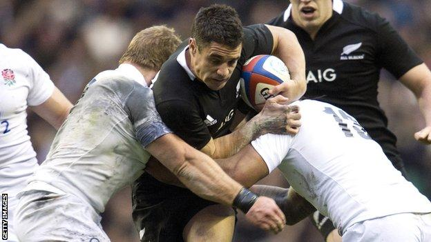 All Black fly-half Dan Carter takes on England's Manu Tuilagi and Tom Youngs