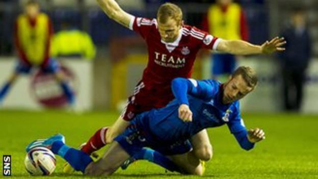 Marley Watkins and Mark Reynold battle for the ball