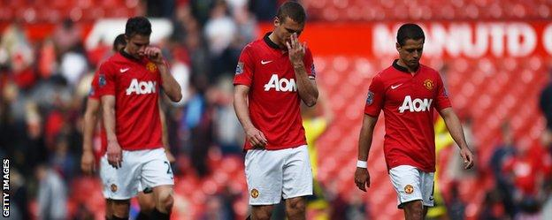 Manchester Untied players walk off the pitch after losing at home to Sunderland