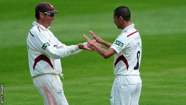 Somerset's Marcus Trescothick (l) and Alfonso Thomas (r)