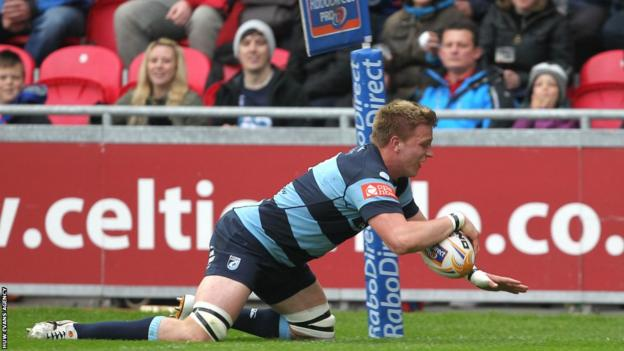 Macauley Cook goes over for Blues