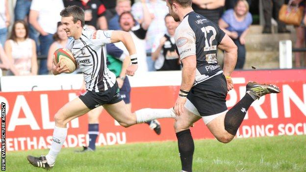 Lewis Williams scores a try for Pontypridd