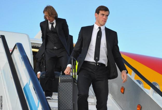 Gareth Bale and his Real Madrid team-mates, including Luka Modric, arrive in Lisbon ahead of Saturday's Uefa Champions League final against city rivals Atletico Madrid.