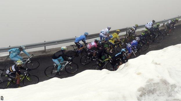 The peloton in action on a snowy stage 16 of the Giro d'Italia