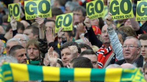The Manchester United fans protest with the Green and Gold campaign.