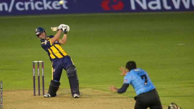 Chris Cooke smashes an unbeaten 65 on his 28th birthday to lead Glamorgan to a nail-biting five-wicket home victory over Sussex Sharks.