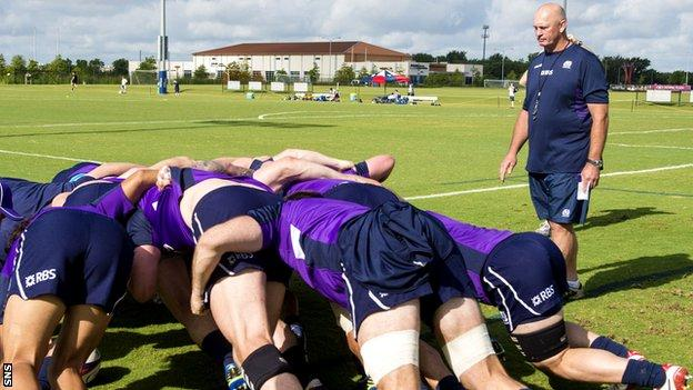 Vern Cotter oversees a scrum in Scotland training