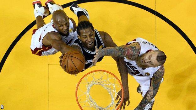 San Antonio Spurs forward Kawhi Leonard (centre) scored a career-high 29 points