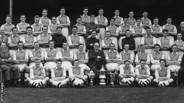 Don Bennett, seated on ground bottom right, with the Arsenal squad ahead of the 1950-51 season