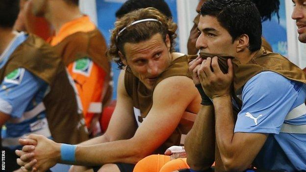 Diego Forlan and Luis Suarez on the bench