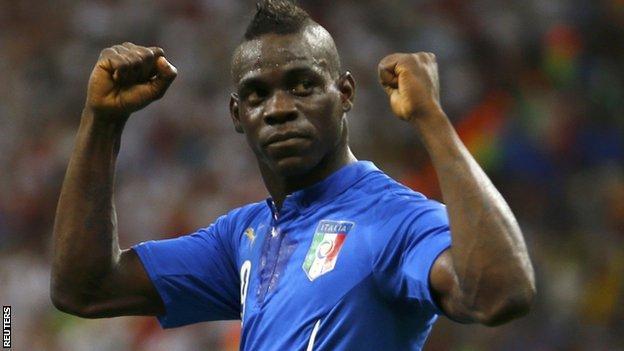 Mario Balotelli celebrates his winning goal