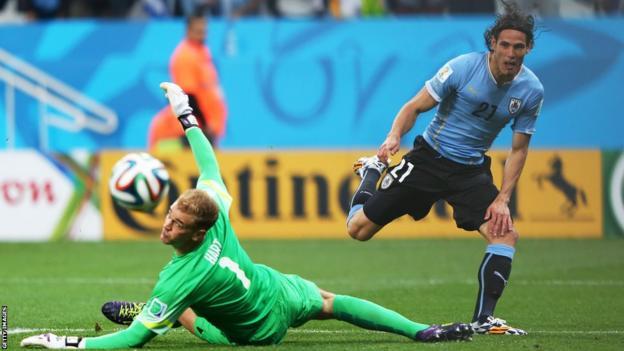 Uruguay's Edinson Cavani goes close against England