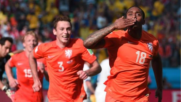 World Cup 2014: Netherlands 2-0 Chile highlights