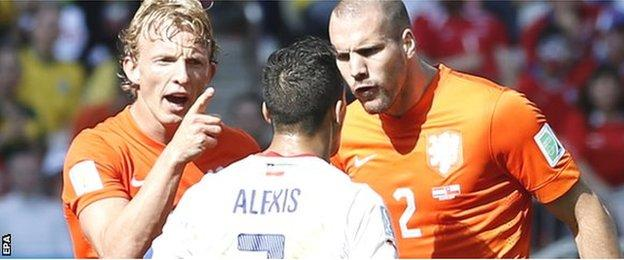 Dirk Kuyt and Ron Vlaar remonstrate with Alexis Sanchez