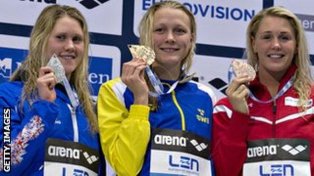 Lowe poses with silver medal and other medal winners