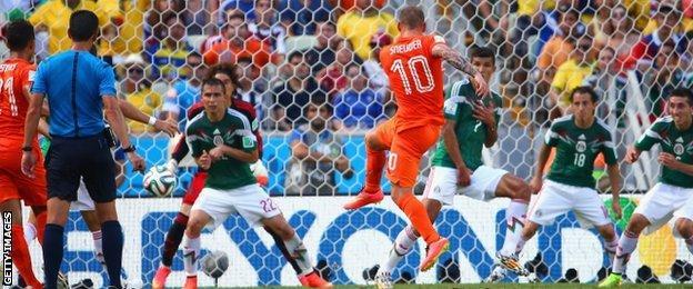 Wesley Sneijder scores