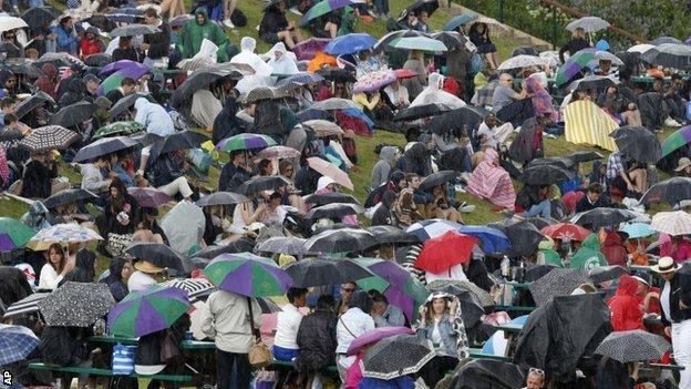 Wimbledon fans shelter on Henman Hill