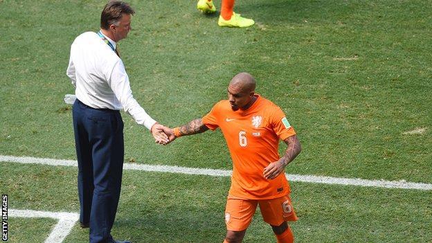 Nigel de Jong leaves the field against Mexico
