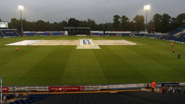 The covers stay on at the Swalec Stadium as rain causes Glamorgan's T20 Blast match against Somerset to be abandoned
