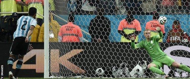 Ezquiel Garay scores