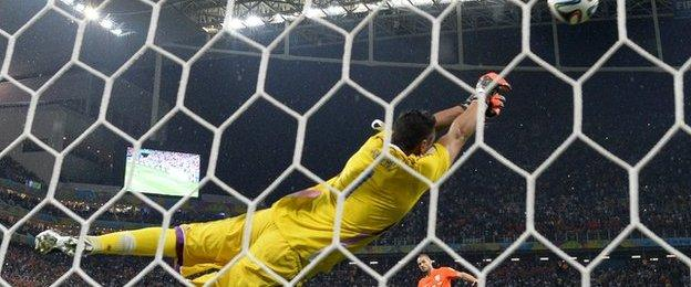 Wesley Sneijder seed his penalty saved