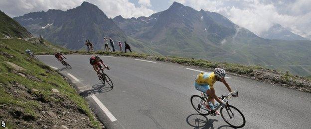 Vincenzo Nibali speeds down Tourmalet pass on the way to the final ascent at Hautacam