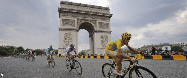 Vincenzo Nibali rides past the Arc de Triomphe