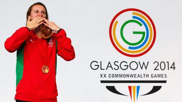 Jazz Carlin celebrates her gold medal