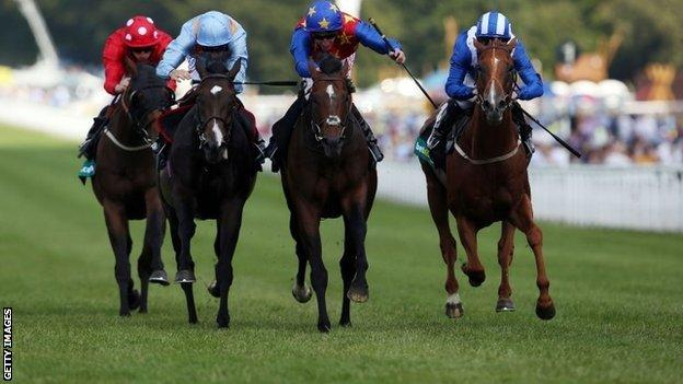 Es Que Love (centre) wins at Glorious Goodwood