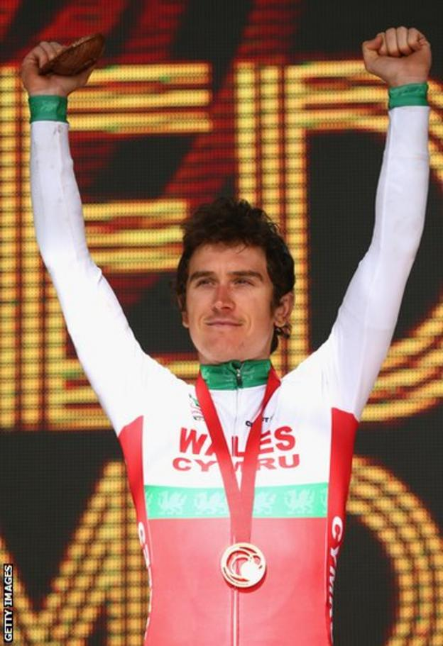Geraint Thomas celebrates after being awarded his gold medal.