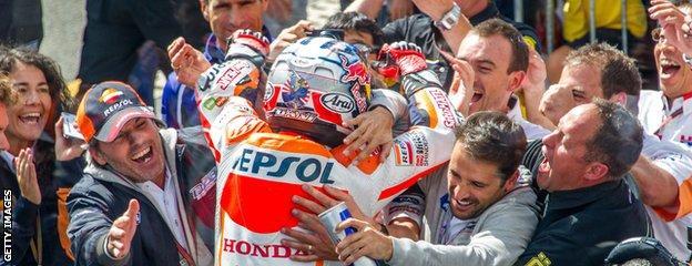 Dani Pedrosa celebrates with Honda pit crew