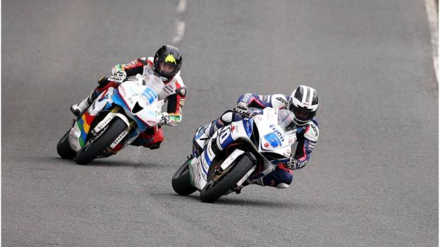 William Dunlop leads eventual winner Bruce Anstey during a thrilling Supersport 600 race