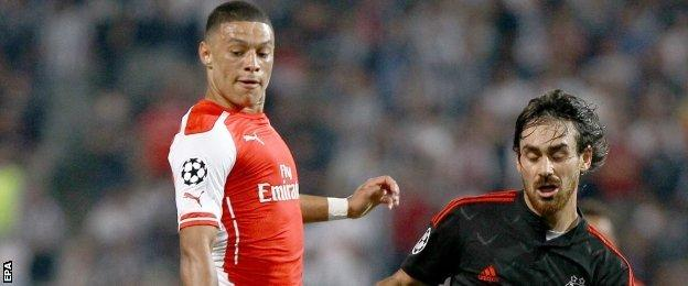 Arsenal's Alex Oxlade-Chamberlain went close to scoring a late winner