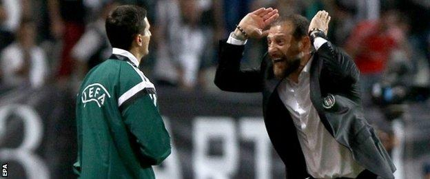Besiktas head coach Slaven Bilic was sent off for arguing with the officials