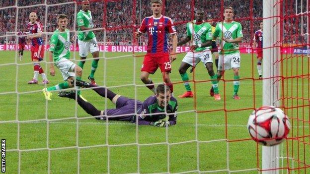 Max Grun of VfL Wolfsburg fails to stop Arjen Robben of Bayern Munich scoring