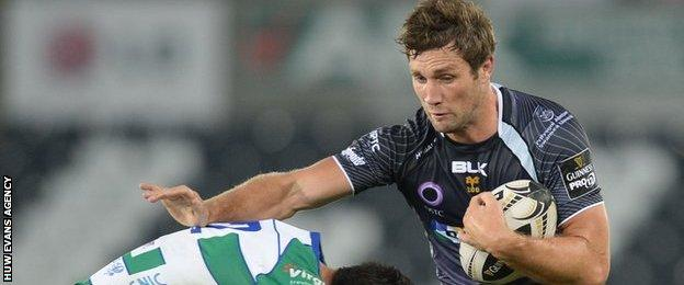 Andrew Bishops tries to beat Treviso's defence
