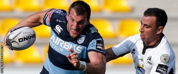 Sam Warburton goes past Luciano Orgquera