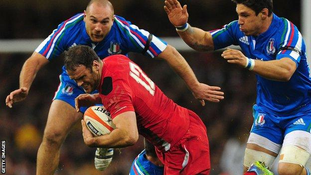 Wales' Jamie Roberts takes on Italy