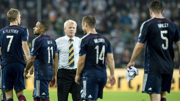 Scotland manager Gordon Strachan with his players after the game