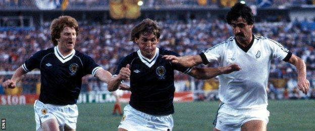 Gordon Strachan and Kenny Dalglish in action for Scotland against New Zealand