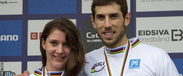 Manon Carpenter (left) and Gee Atherton pose with their gold medals