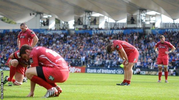 Scarlets players look dejected after defeat against Leinster