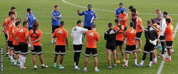 Nuno Santo and Ian Cathro direct the Valencia players