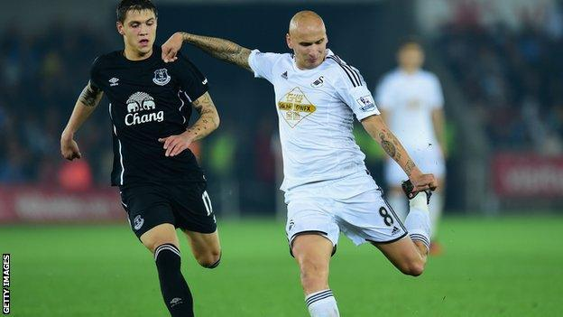 Jonjo Shelvey in action for Swansea City against Everton