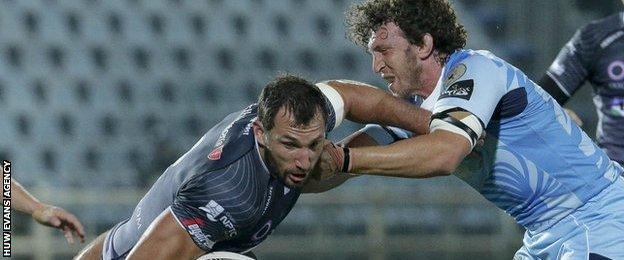 Joe Bearman takes on Mauro Bergamasco
