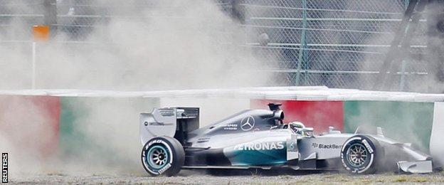 Lewis Hamilton crashes at the Japanese Grand Prix