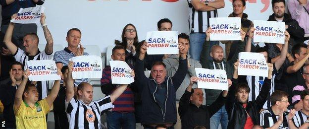 Newcastle fans protest against Alan Pardew