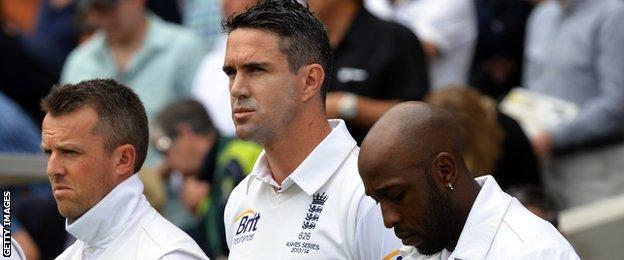Kevin Pietersen (centre)