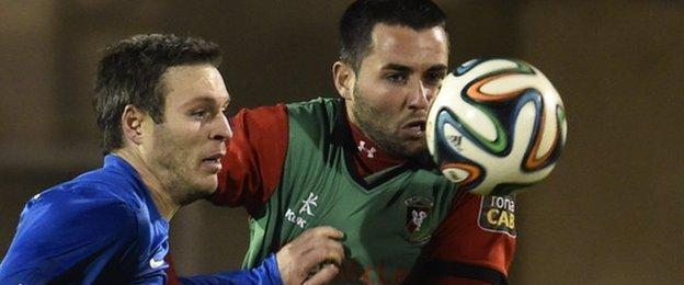 Glenavon forward Kevin Braniff and Niall Henderson battle for possession