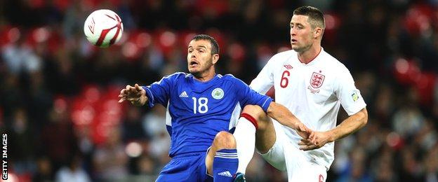 Il capitano di San Marino Andy Silva combatte per la palla con il difensore dell'Inghilterra Gary Cahill durante le qualificazioni ai Mondiali a Wembley nel 2012